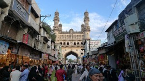 Séjour Inde Hyderabad, le Charminar vu depuis le Laad Bazaar. Sissssou, licensed under the Creative Commons Attribution-Share Alike 2.0 Generic